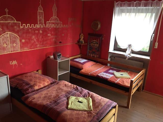 Zimmer mit 2 Einzelbetten und Schrank