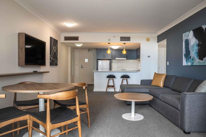 1-Bed Unit with Parking and Gym Near Trains and Shops