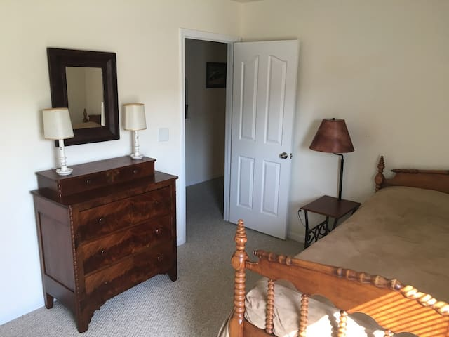 Private bed and bath near Charlotte Speedway. - Harrisburg - House