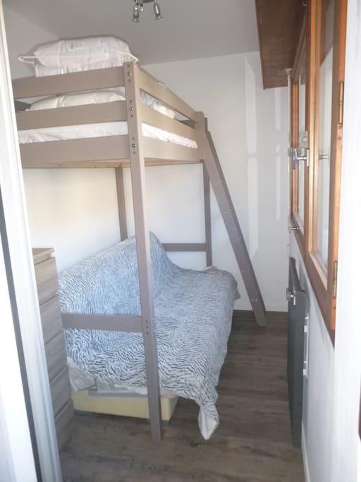 Chambre cabine avec en haut un couchage 1 place êt en bas un lit clique clac