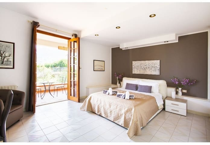 Beautiful private room in spacious villa w/garden