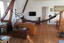 Vue du salon à partir du bureau. Le hamac n'est pas en place en continu, vous pouvez l'enlever ou le mettre à votre guise.