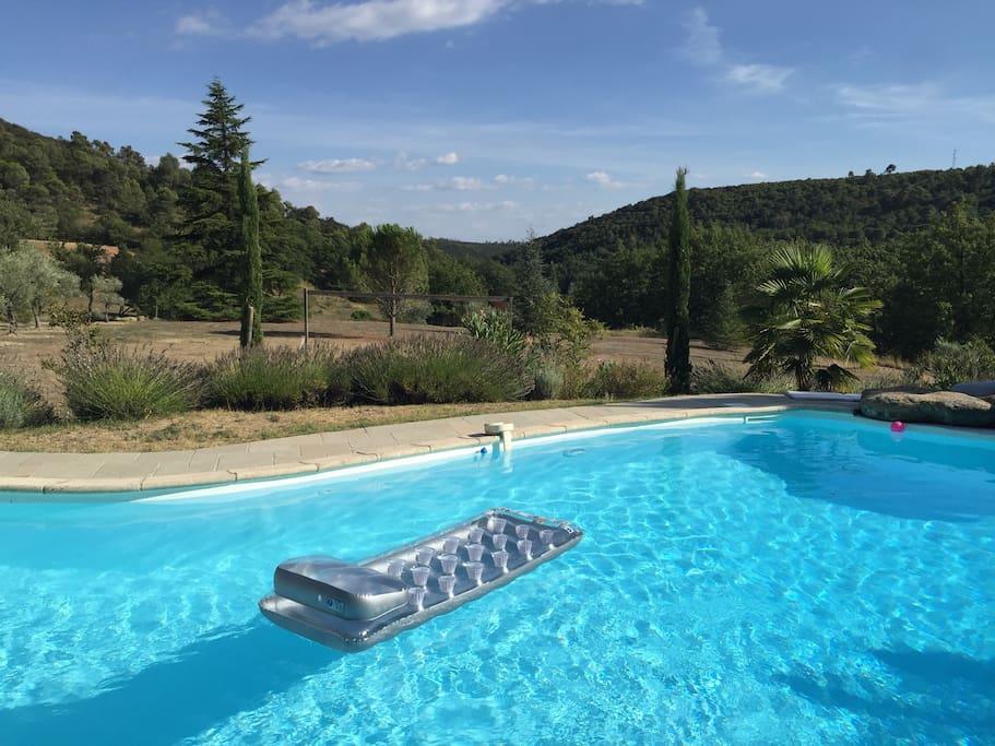 La piscine plein sud avec vue sur les lavandes, les oliviers, les cyprès et la colline