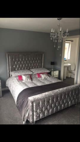 Modern bedroom close too Glasgow & Edinburgh