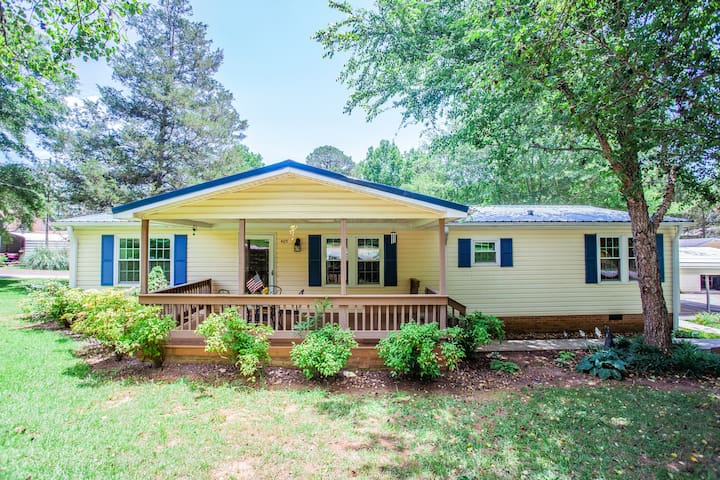 Cozy Lake House 5 Miles from Clemson with Dock!
