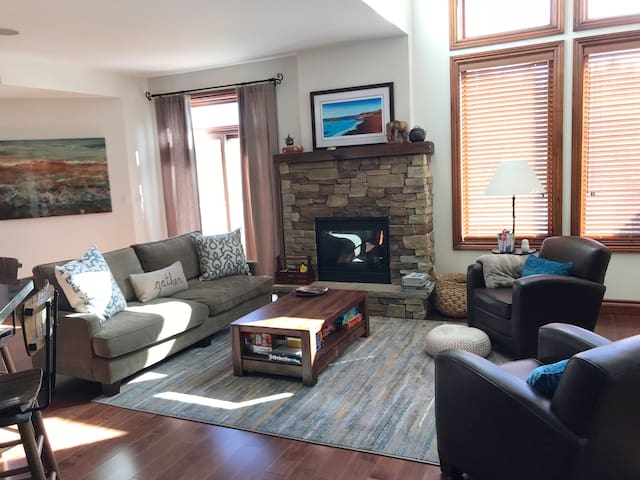 Luxe 4 Bedroom Minutes to Village @ Blue Mountain