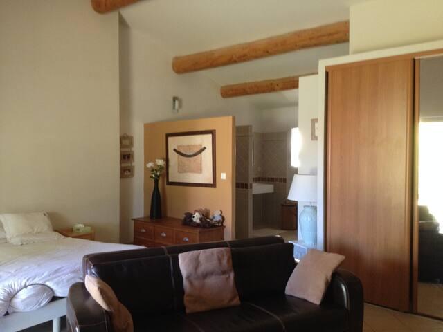 Grande chambre avec salon très lumineuse - Tavel - Guesthouse