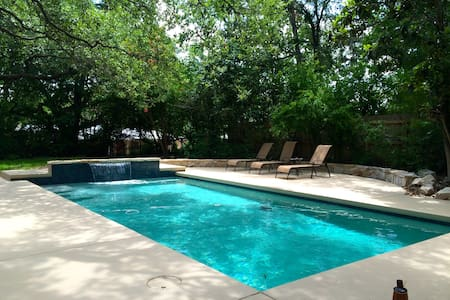 Pool retreat 5 mins to Downtown!