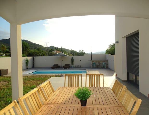 Belle villa climatisée avec piscine sécurisée.