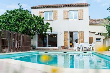 Grande villa avec piscine privée - Ouveillan