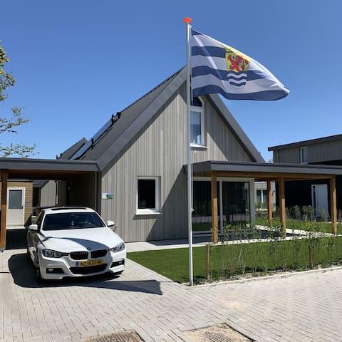Gloednieuwe Villa Casa Bos Schotsman met Wi-Fi, Terras, Jacuzzi & Uitzicht op het meer; Parkeergelegenheid beschikbaar.