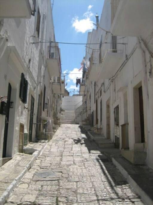 Via Saffi (vicolo pedonale) con porta d'ingresso sulla destra