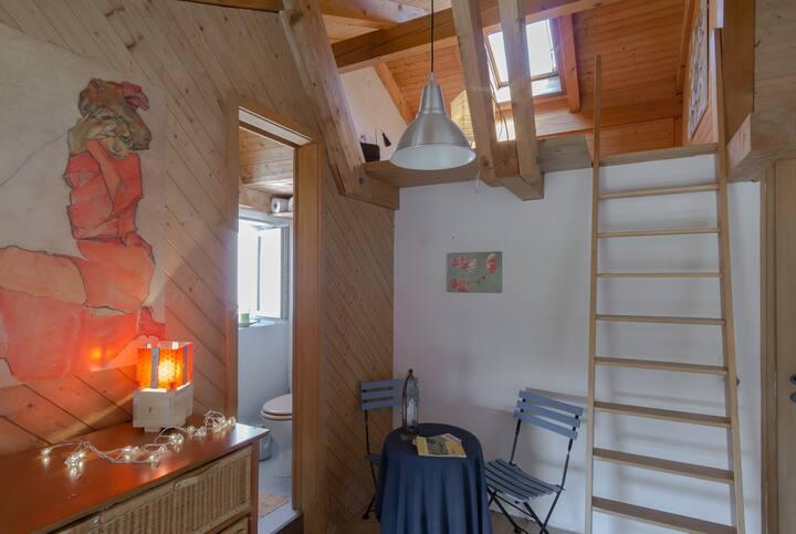 Kleines Maisonettezimmer in modernem Holzbau