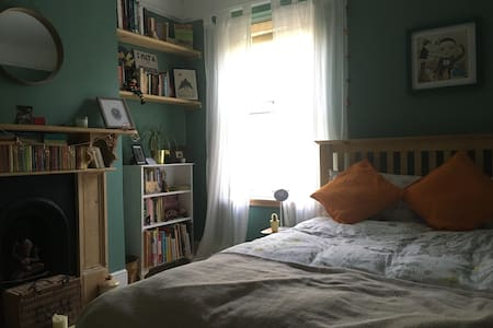 Bright double bedroom close to city & canal