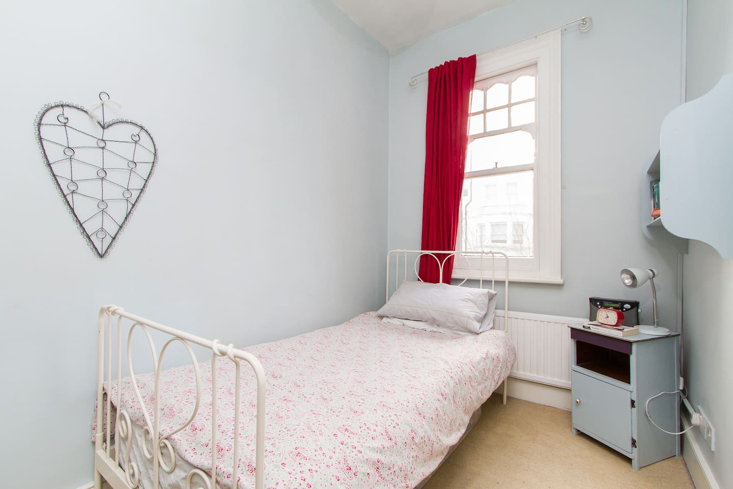 Sunny single room in South London
