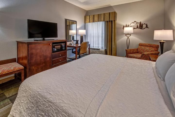Divine Double Bed Non Smoking At Pigeon Forge