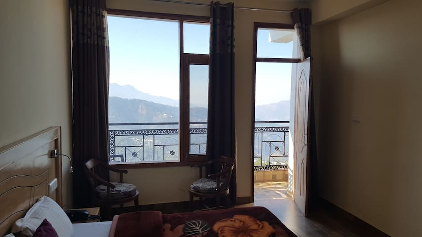 Suite room with Mesmerizing view of the Himalayas - Chail - Butikhotel