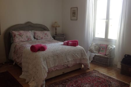 Charming ensuite double bedroom - Eymet - Bed & Breakfast