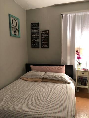 Super comfy queen size bed (Casper mattress)