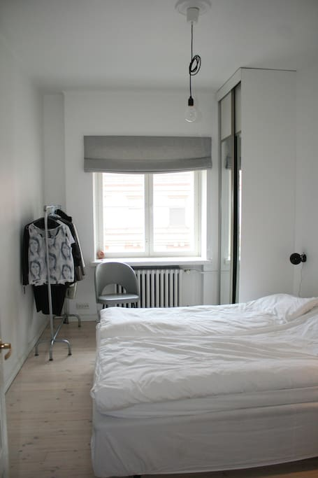 Bedroom with King size bed (180cm)