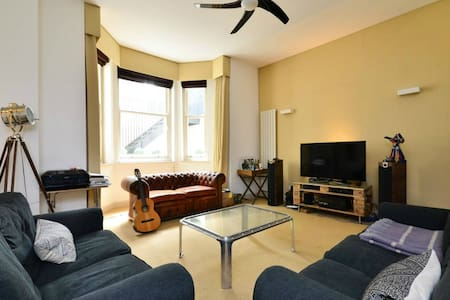 Spacious 2BR Earls Court TA