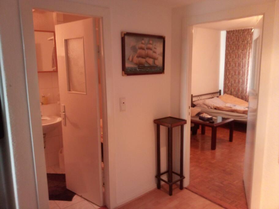 Der Flur in der Wohnung unten (Zugang zur Dusche)