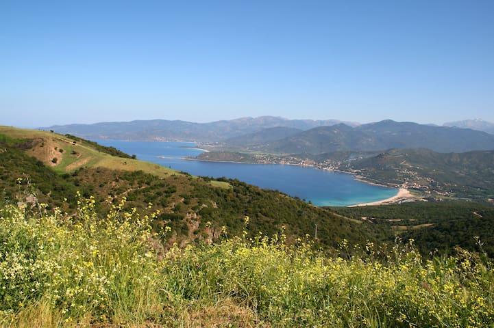 Les plages de Tiuccia, a 16 km