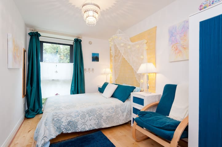 True centre!  Comfortable artist's home