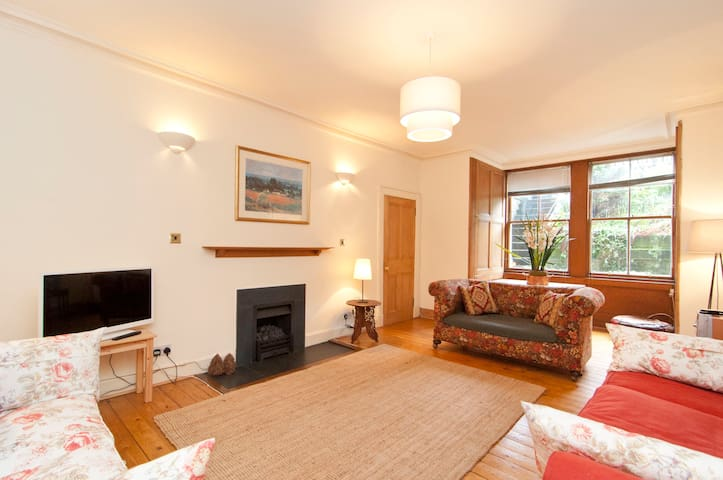 Warrender park terrace edinburgh flats for rent in for 55 buckstone terrace edinburgh