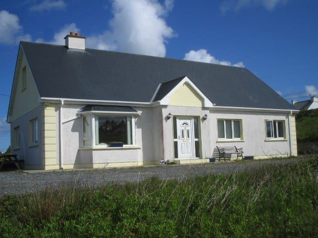 HOLIDAY COTTAGE WITH SEAVIEWS - Derrybeg - Rumah