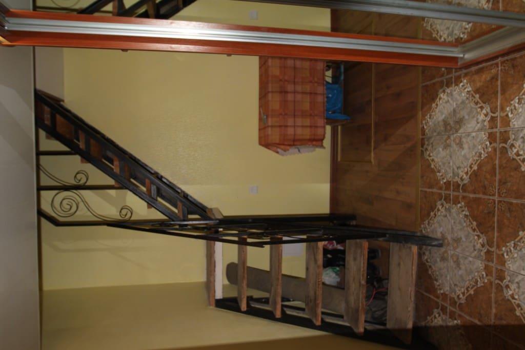 Коридор, лестница на 2 эт, слева перед лестницей вход в кухню, зал на право за шкаф-купе