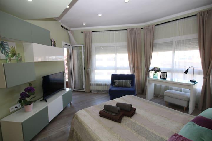 Soleada y amplia habitación con balcón privado