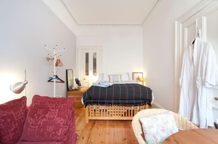 Bright double room in Bruntsfield
