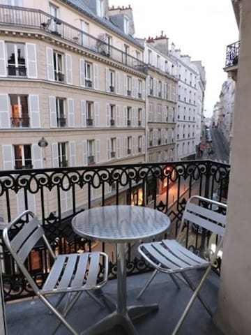 Montmartre-Double room with BALCONY !