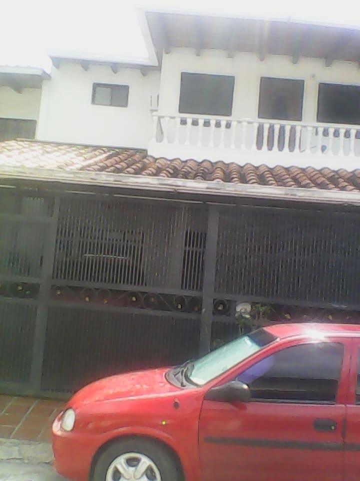 Esta es la fachada, tiene dos puestos de estacionamientos. Quinta amplia de 7 mts de frente por 21 de largo.