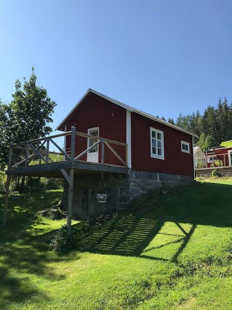 Mysig stuga vid sjön glafsfjorden i Arvika