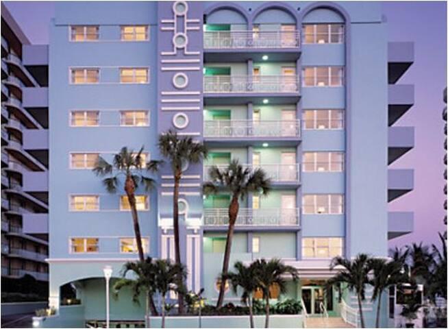 Art Deco-Inspired Condo (Surfside/Miami Beach, FL) - サーフサイド