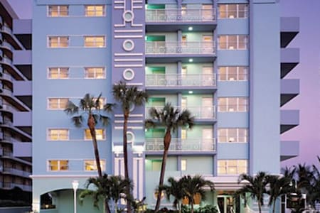 Art Deco-Inspired Condo (Surfside/Miami Beach, FL) - Surfside - Andelsboende