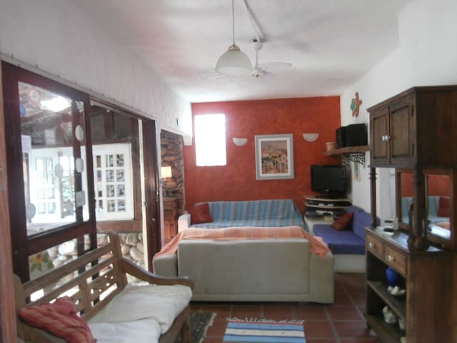 Cambury,100m to the beach/8 persons/housekeeper