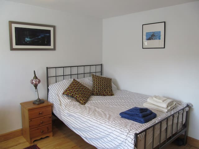 Lovely large  bright room in Bristol, near Clifton
