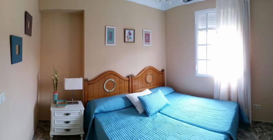 Dormitorio con dos camas individuales, mesita de noche y armario empotrado con cajonera. Muy luminosa. Vistas al parque. Con mosquiteras.