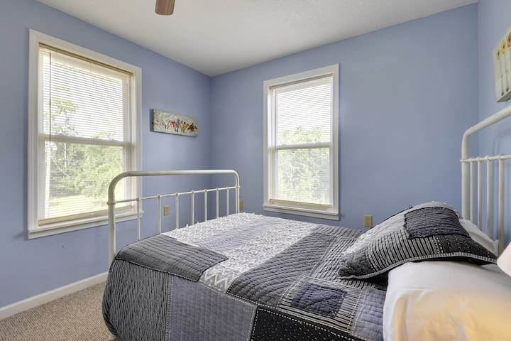 400 Turner- Full size bed in treetops!