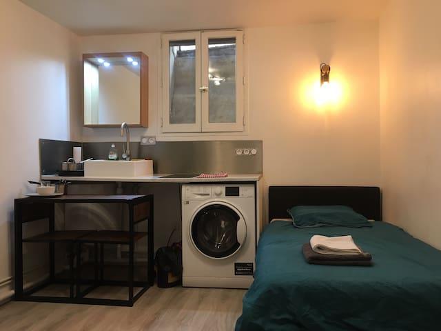 Joli studio Montmartre - place des Abbesses