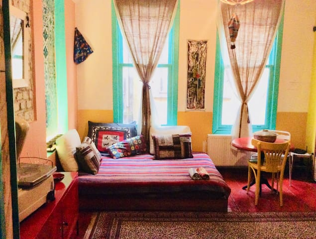 Historic Old City Studio Apt Balat2
