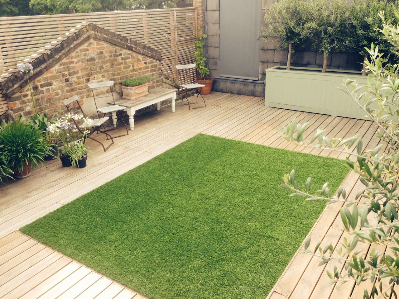 Large walled roof terrace – sheltered + private garden