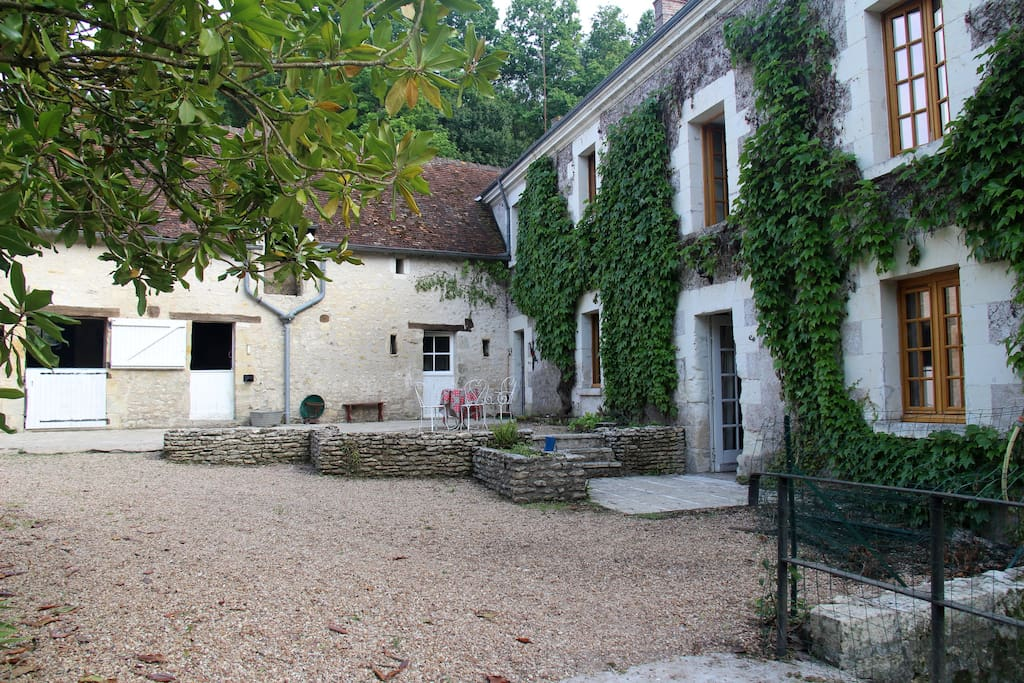 The gravel courtyard, is perfect for a morning coffee and croissants, or an apéritif as the sun sets.