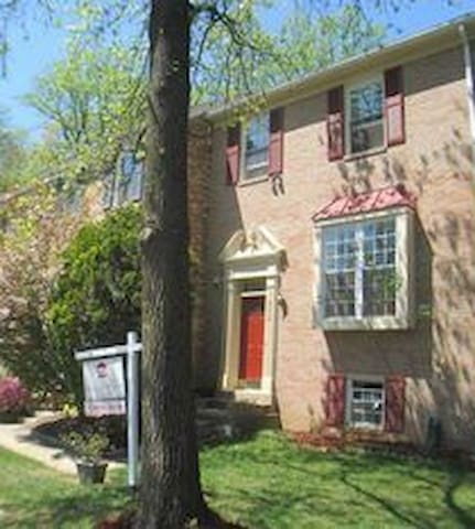 Wonderful Thouse- upstairs 3 bds 10 minute from DC - Annandale - Rekkehus