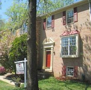 Wonderful Thouse- upstairs 3 bds 10 minute from DC - Annandale - Reihenhaus