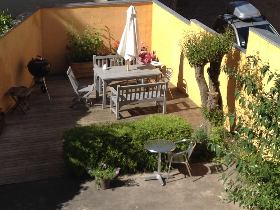 Beautiful sunny garden with BBQ available. Direct access from staircase, but also via ground floor for bikes or baby carriages.
