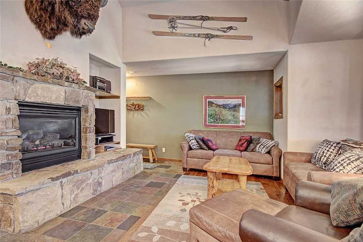 Spacious Breckenridge town-home, Outdoor hot tub, Free garage parking, Hike from your door, Great location! - LP23A